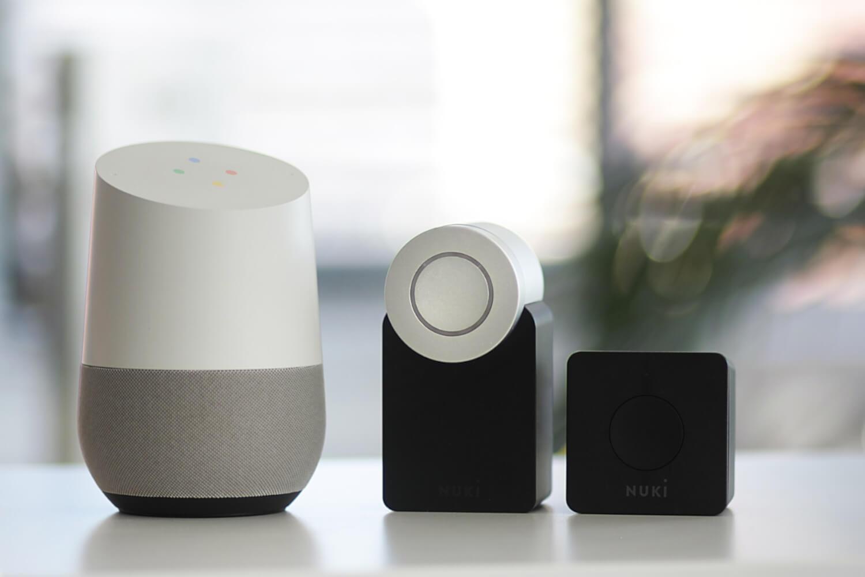 Intelligente Lautsprecher auf einem Tisch