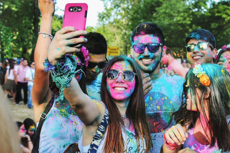 Millennials mit Smartphone
