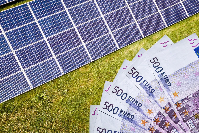 Solarpanels und Geldscheine