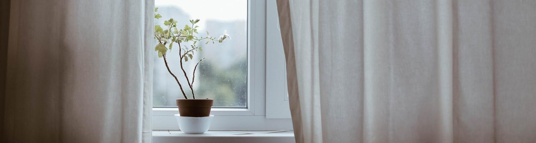Fenster mit Vorhang