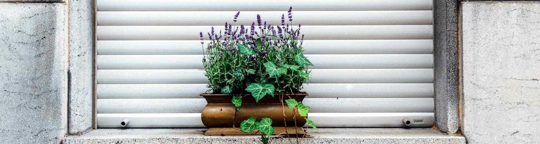 Geschlossener Rollladen an einem Fenster