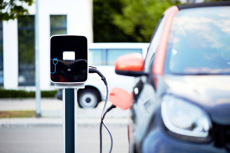 Mehr Ladestationen für Elektroautos