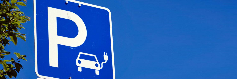 Parkplatz um Laden von E-Autos