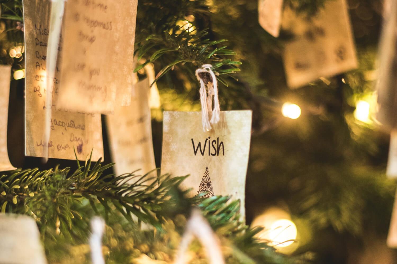 Bio-Weihnachtsbaum mit Papierschmuck