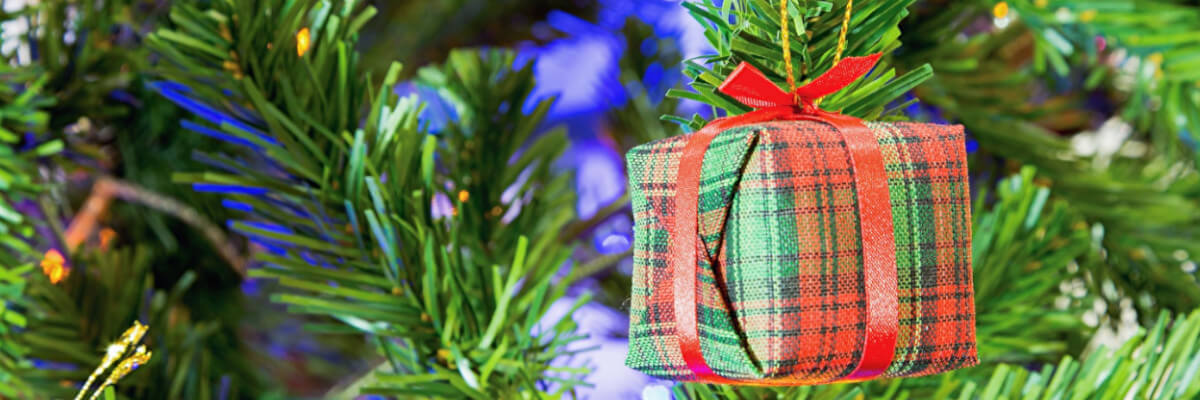 Künstlicher Weihnachtsbaum mit Schmuck