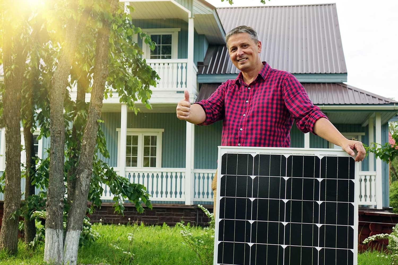 Mann mit Solarpanel