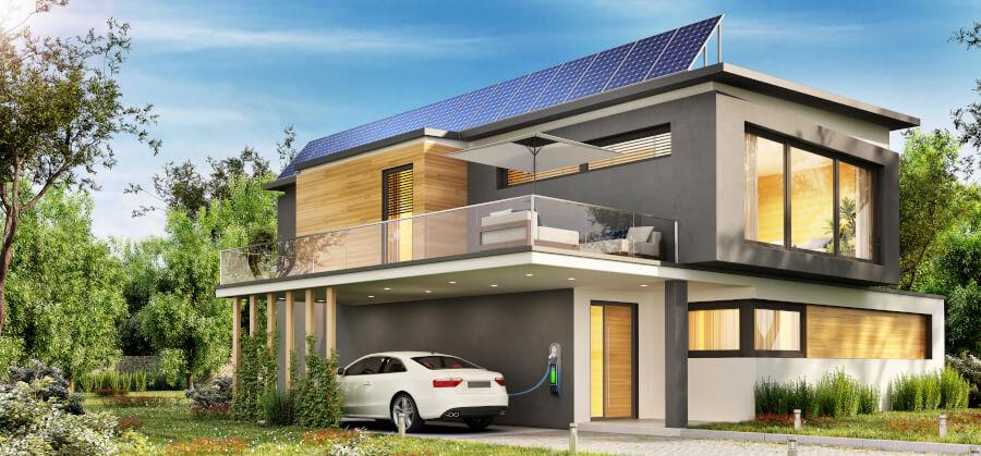 E-Auto lädt an einem Haus mit PV-Anlage