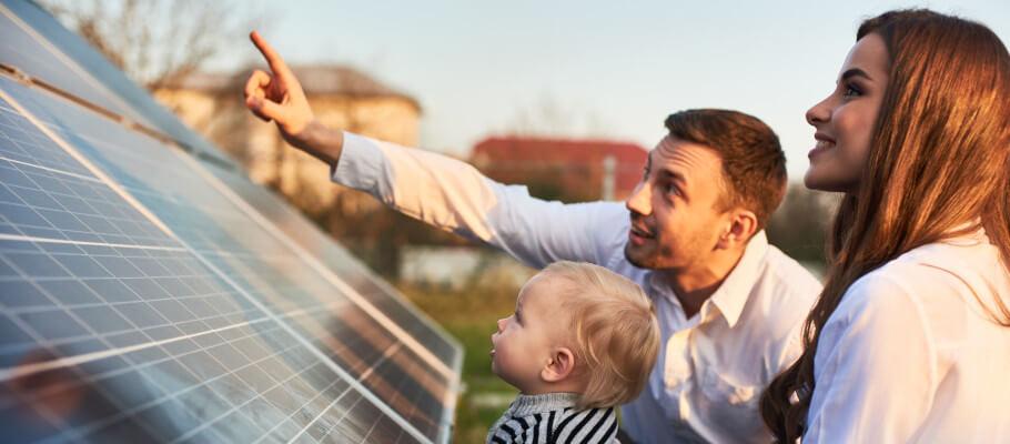 Familie vor Solarmodulen