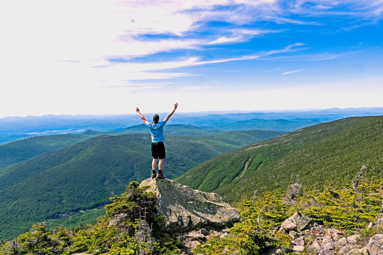 Tourist auf Berg in grüner Landschaft