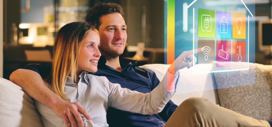 Paar auf Sofa mit Energierpanel
